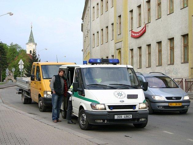 PO NEHODĚ. Otřesený řidič dodávky byl v šoku, stejně jako dívka, kterou odvezla záchranka.