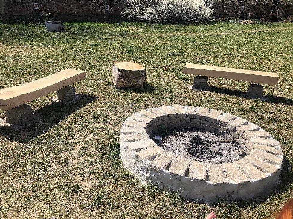 Realizace posezení u komunitního ohniště na Paloučku u židovského hřbitova v Berouně.
