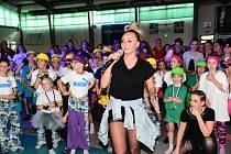 Taneční akademie ve sportovní hale v Králově Dvoře.