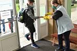 Dezinfekce rukou při vstupu do školy.