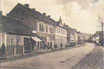 Na fotografii z třicátých let minulého století je zachycena Plzeňská ulice v Loděnici.