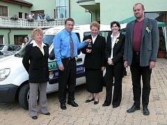 Farní charita obdržela pro denní stacionář od poděbradské firmy sociální automobil.