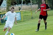 Útočník Hořovicka B Václav Šebek si kryje míč