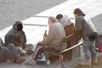 Bezdomovci na berounském Husově náměstí.