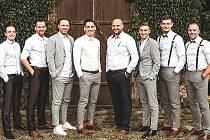 Kromě přípravy s Velvary pogratulovali fotbalisté Králova Dvora svému spoluhráči Davidu Kůželovi (čtvrtý zleva) na svatbě.