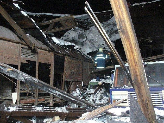 Pád střechy bývalého depa zaměstnal hasiče, policisty i záchranáře.