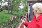 Břehy bykošského potoka se bortí