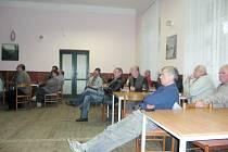 Zástupci Povodí Vltavy  pracující na vodním díle Záskalská vysvětlovali smysl stavebních úprav na přehradě.
