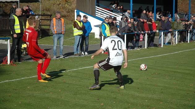 Komárovští fotbalisté (v červeném) zdolali Hřebeč.