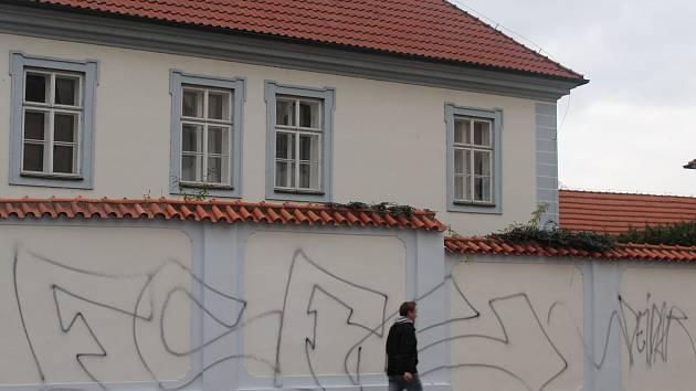 Posprejovaná zeď u fary v Kostelní ulici v Berouně.