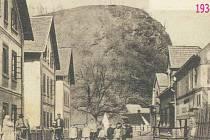 Tovární domky v Chrustenicích na levé straně nechal kdysi postavit pro své zaměstnance majitel textilní továrny Josef Sobotka. Na pravé straně je hostinec Na Kovárně a uprostřed Skalka.