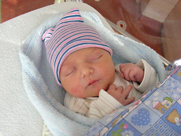 DATUM 14. března 2018 má v rodném listě zapsané Lukáš Maier, prvorozený syn rodičů z Králova Dvora. Lukáškovy porodní míry byly rovných 50 cm a 3,49 kg.