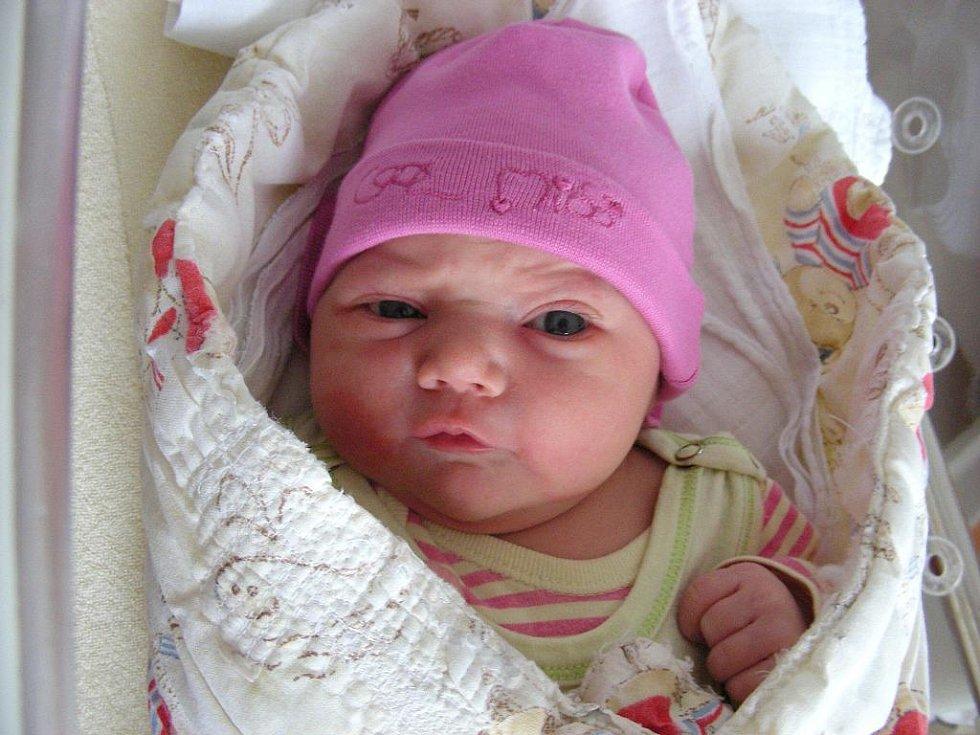 Viktorie Brtková se prvně rozkřičela do světa v úterý 5. října, vážila 3,56 kg a měřila 49 cm. Rodiče Sylvie Labuzíková a Tomáš Brtek si dcerku odvezou z porodnice domů do Berouna, kde na ni čeká bráška Alex (7).