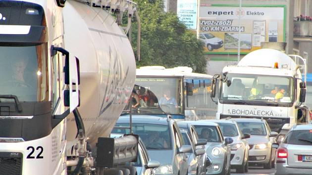Kolony aut ucpaly ulice Berouna
