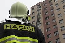 Z prověřovacího cvičení hasičů zaměřeného na bytové požáry ve výškových budovách v Berouně.