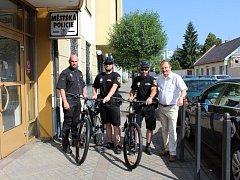 Berounští strážnicí jezdí do terénu nejen auty, ale i na kolech.