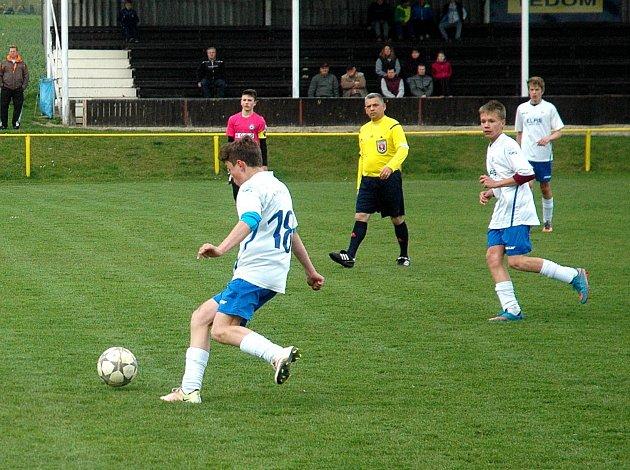 V pátečním dopoledni přivítali v předehrávce krajského přeboru starších žáků hráči Hořovicka Pečky. Na hřišti v Újezdu vyhráli domácí 2:0.
