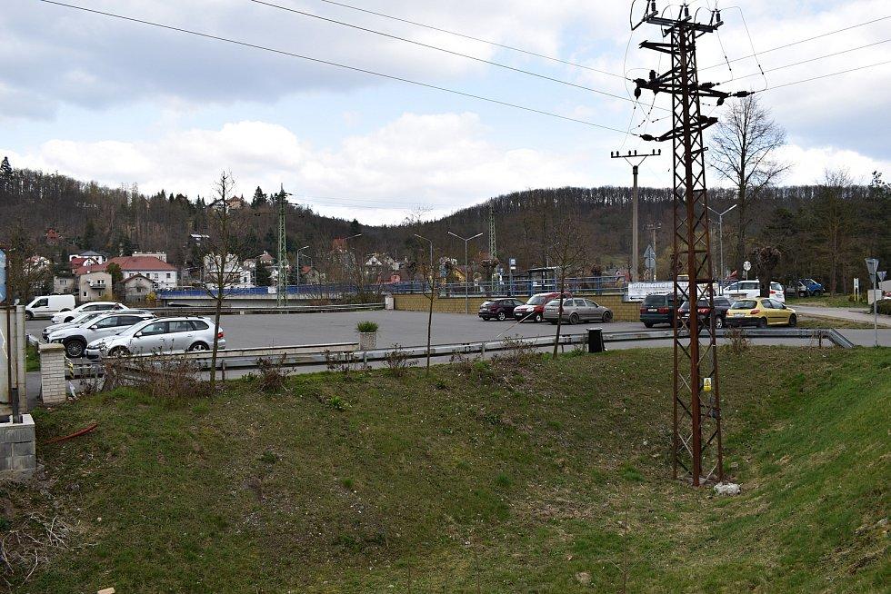 Parkoviště před zámkem Nižbor bylo v posledním březnovém víkendu poměrně zaplněné. Okolí Nižbora je i v době karantény vyhledávaným cílem pro turisty.
