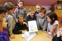 Z rozbalení tříkrálové dárku - knížky Králíček Toby a liška Pampe od spisovatelky Jany Brnušákové - ve školní družině v berounském Závodí.