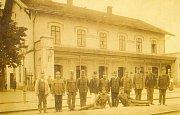 Další větší zastávkou na trati z Prahy do Plzně, která vedla až do německého Furth im Wald, byly Hořovice. Na snímku s pózujícími pracovníky.