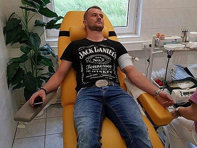Rpetský Jan Mojdl prošel Příbramí, Hořovickem a nyní hraje vKomárově. Při darování krve.