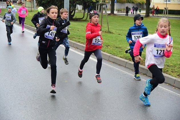 V Králově Dvoře se v sobotu běžel tradiční závod v silničním běhu o putovní pohár starosty Králova Dvora. Zapojily se do něho desítky malých i velkých běžců, a to jak amatérských, tak i profesionálních. Start Králodvorského čtverce byl letos zdarma.