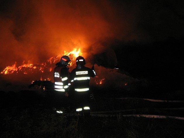 Ve Vižině vzplál stoh, hasiči museli ochlazovat deset metrů vzdálenou budovu s hospodářskými zvířaty