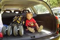 Michalovi se v kufru auta líbí, jeho maminka má ovšem s parkováním při nákupech a vyřizování na úřadech často problém