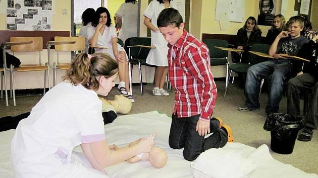 Studenti Střední zdravotnické školy Beroun navštívili žáky v Počaplech