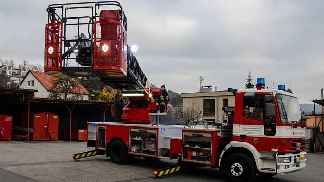 Pojízdný žebřík si hasiči nechali výrazně omladit