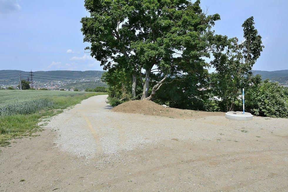 Křižovatka cest nad Zavadilkou, kde navazuje nově upravený úsek.