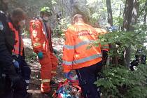 Zásah hasičů a záchranářů poblíž obce Svatý Jan pod Skalou, kde se muž zřítil ze skály.