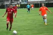 Komárov (v červeném) v MOL Cupu přehrál v derby Hořovicko 1:0.