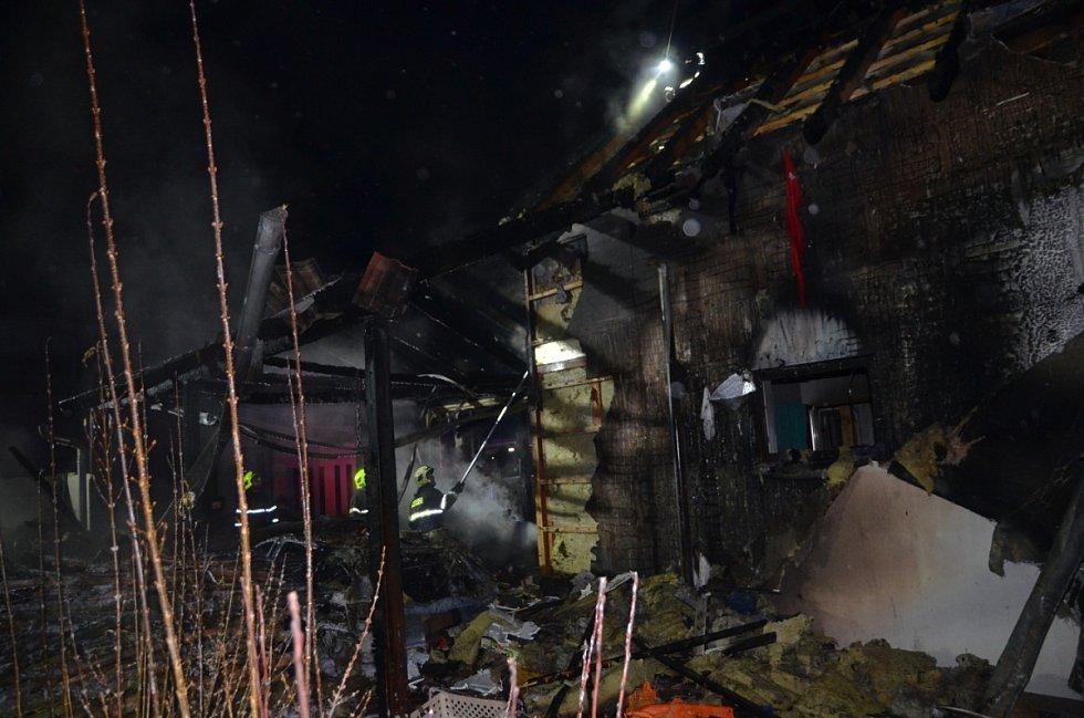 Požár osobního vozidla, garážového přístřešku a rodinného domu v Červeném Újezdu v okrese Praha-západ.