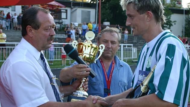 Pohár za turnajové prvenství v roce 2007 předal kapitánovi FK SIAD Most starosta města Králův Dvůr Karel Mencl (vlevo).
