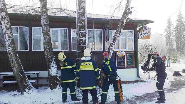 Záchranáři museli vyprostit bezvládné tělo muže z koruny stromu.