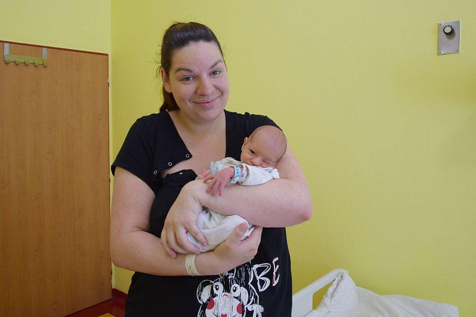 Daniel Davídek se manželům Markétě a Janovi narodil v benešovské nemocnici 8. července 2021v 16.11 hodin, vážil 2970 gramů. Doma ve Velkých Popovicích na něj čekali sourozenci Leontýna (6) a Kristián (16 měsíců).
