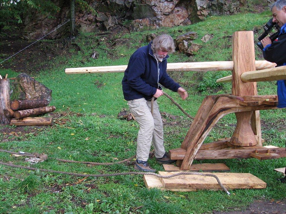 Hrad Točník je jediné místo na světě, kde kulturní památku pomáhá opravovat středověký stroj.