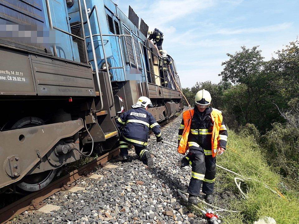 Hasiči vyjížděli k požáru lokomotivy.