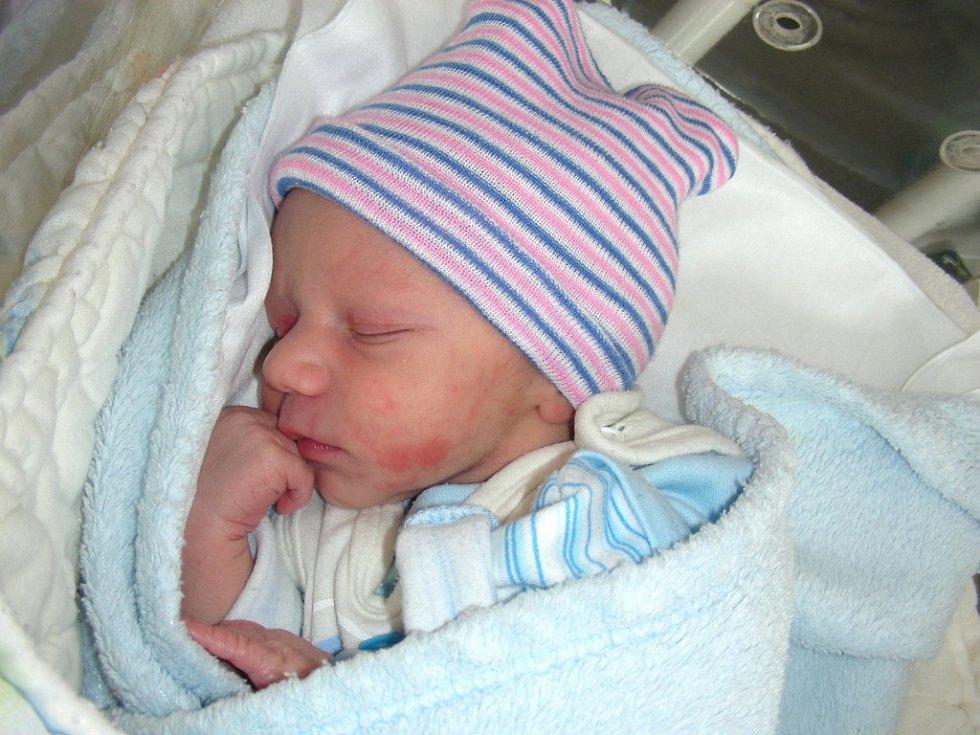 DAMIEN Lucas Gomri se narodil 5. dubna 2018 manželům Petře a Adlimu z Komárova. Chlapečkovy porodní míry byly 2,67 kg a 48 cm. Damiena bude dětským světem provázet bráška Adámek Samuel (3 r.).