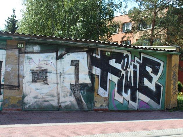 Nesmyslné nápisy a obrazce hyzdí veřejná prostranství a kulturní památky. Nejhorší situace je na městských sídlištích.