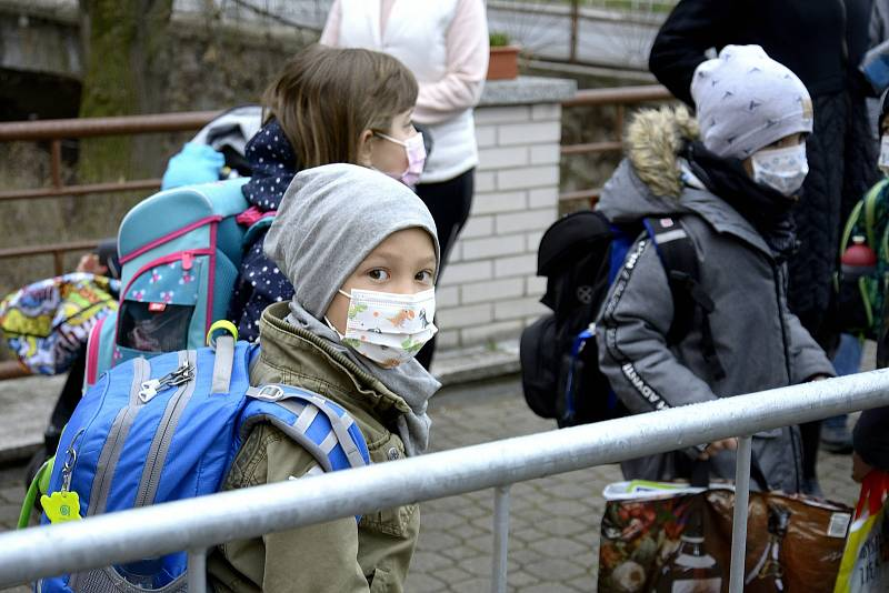 Děti ze ZŠ Masarykova Komárov se vracejí do školy.