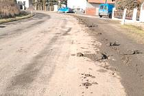 Znečištěná silnice v Bykoši ve směru na Všeradice