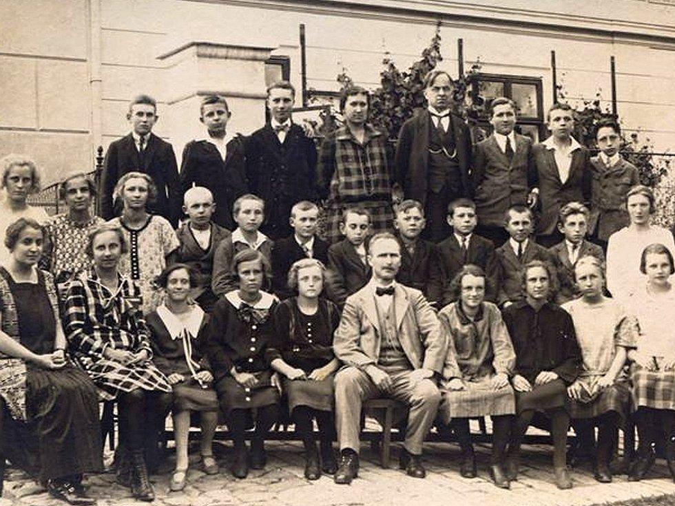 Fotbalem žila obec Loděnice celá desetiletí. Fandili mu nejen muži, ale i ženy.