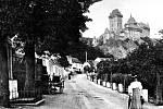 Obec Karlštejn navštěvují turisté už desítky let. Na začátku minulého století se zde chodilo hlavně pěšky.