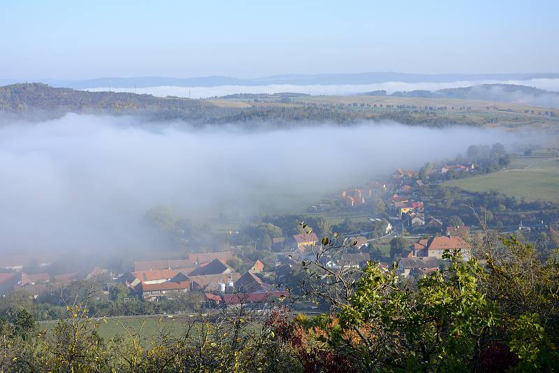 Podzimní mlha v okolí vrchu Zlatý kůň nedaleko Berouna.