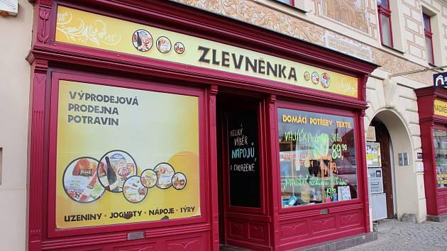 Reklamní poutače na Husově náměstí v Berouně.