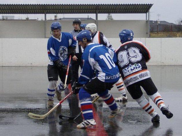 Z hokejbalového utkání Kelti Nižbor - Černá Hvězda Kladno (9:2).