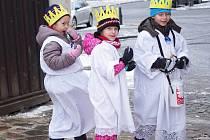 Děti z berounské katolické školky při Tříkrálové sbírce.