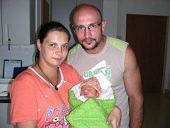 Šťastní rodiče Michaela Flatová a Milan Hrubý z Králova Dvora chovají v náručí prvorozenou dcerku Nelu, kterou přivedli společně na svět 6. září 2014. Nelince sestřičky na porodním sále navážily 2,80 kg a naměřily 48 cm.